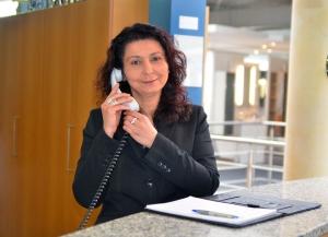 Suzana Rusic am Telefon