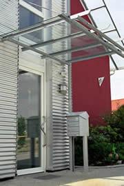 Eingangsbereich gestaltet mit Aluwelle